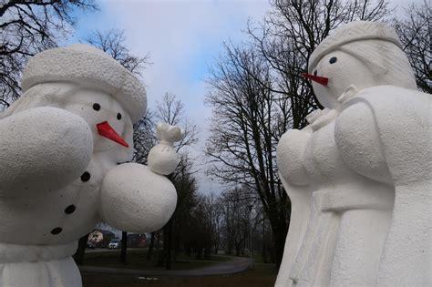 Jau desmito gadu pēc kārtas Dobelē norisinās sniegavīru ...