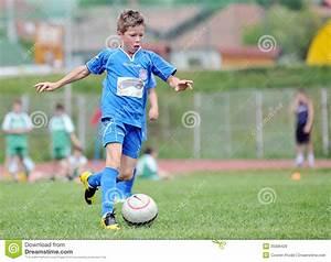 But Foot Enfant : petits jeux d 39 enfant simples le football ou le football image stock ditorial image du gosse ~ Teatrodelosmanantiales.com Idées de Décoration