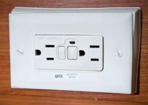 dans la salle de bain une prise electrique de type gfi