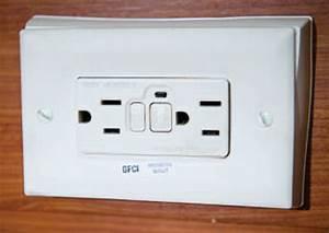 Prise Electrique Salle De Bain : dans la salle de bain une prise lectrique de type gfi ~ Dailycaller-alerts.com Idées de Décoration
