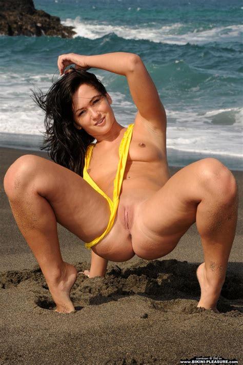 Ala sierra Model yellow bikini
