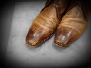 Zwarte leren schoenen poetsen