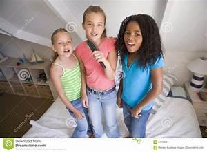 Junge Mädchen Fotos : drei junge m dchen die auf einem bett stehen stockfoto bild von kind nachgemacht 6440608 ~ Markanthonyermac.com Haus und Dekorationen