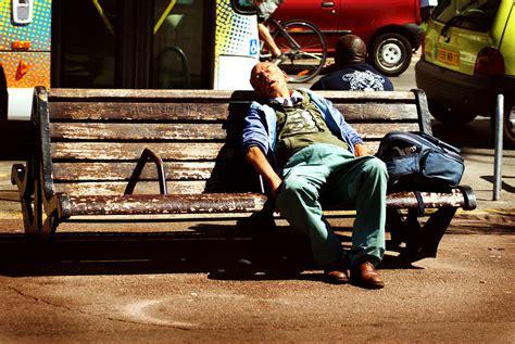 Le Désespoir Assis Sur Un Banc Photo Et Image  Scènes De
