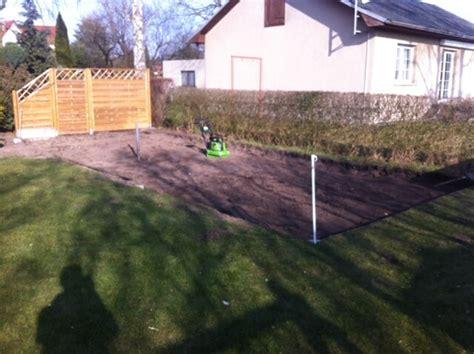 rasen untergrund vorbereiten garten terrasse selber anlegen ablauf anleitung kosten hausbau