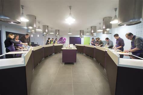 cuisine collective montr饌l cours de cuisine par 28 images cours de cuisine en is 232 re par le chef christophe saporana le livre de cours de cuisine complet etape par