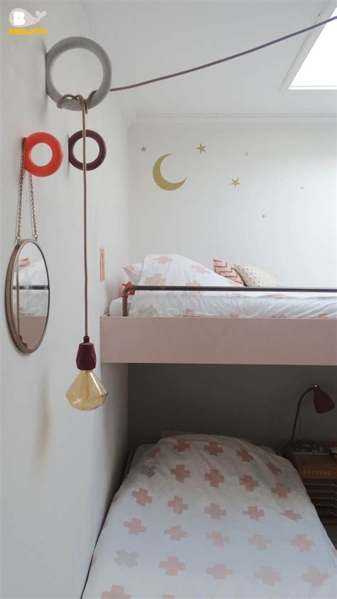 gedeelde kinderkamer met hoogslaper en bed op wieltjes