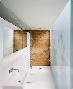 Schmales Regal Bad : schmales bad schmales zeitgen ssisches bad mit nebeneinander geordneten funktionen und ~ Whattoseeinmadrid.com Haus und Dekorationen