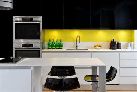 cuisine blanche et jaune ophrey com cuisine noir blanc jaune prélèvement d