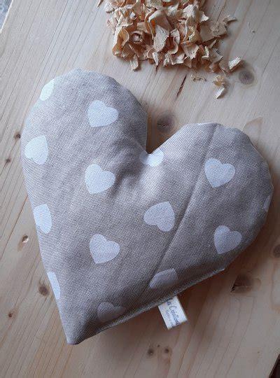 Il cirmolo delle dolomiti, racchiuso nei nostri preziosi cuscini, permette di migliorare la qualità del sonno e di portare il profumo delle antiche foreste a casa vostra. Cuscino in puro Cirmolo - Per la casa e per te - Bellezza e cura -... | su MissHobby