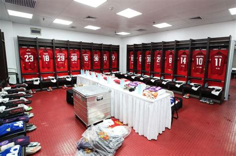 Transferts, mercato, actualité et rumeurs foot du liverpool football club. What the Manchester United dressing room is like before ...