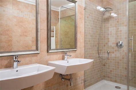 rivestimento bagno basso piastrelle bagno soluzioni moderne a basso costo