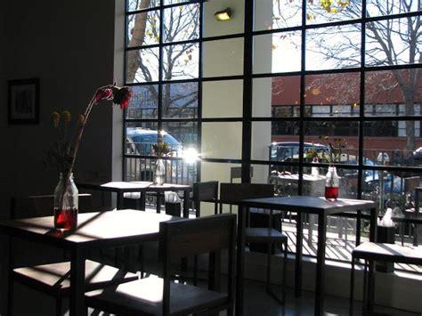 מקום נהדר להתחיל את היום. חוות דעת אחרונות נוספות. Berkeley's New Artis Coffee And The Live Roast Experience