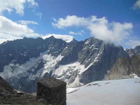 vue sur la barre des ecrins du refuge ad 233 le planchard guide de haute montagne