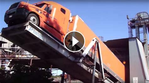 unload schneider truck  phelps hydraulic truck