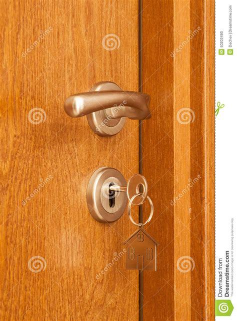 poign 233 e de porte avec la cl 233 ins 233 r 233 e dans l ic 244 ne de trou de la serrure et de maison l 224 dessus