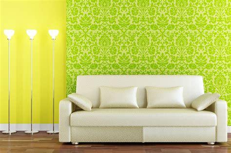 wallpaper warna kuning cerah  ruang tamu inovasi rumah