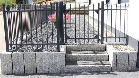 Mauer Mit Zaun by Idyllischer Garten Mit Mauer Sichtschutz Und Zaun Rainer