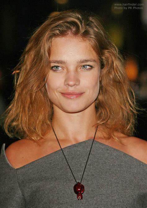 natalia vodianova wearing shoulder length reddish brown hairr