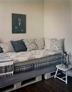 Couch Aus Paletten : wei e paletten sofa matraze blaue polster sch ne kissen portr t laterne stilvolles interieur l ~ Whattoseeinmadrid.com Haus und Dekorationen