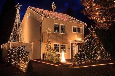 Weihnachtshäuser In Deutschland by Attraktion Am Weihnachtshaus Tanzt Das Licht Zur Musik
