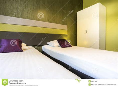 chambre d 39 hôtel verte avec deux lits image stock image