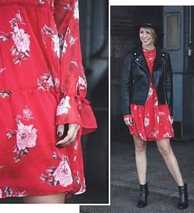 Kleid Mit Stiefeletten : fashionblogger outfit rotes kleid mit blumen transparent lederjacke schwarze stiefeletten hut 5 ~ Frokenaadalensverden.com Haus und Dekorationen