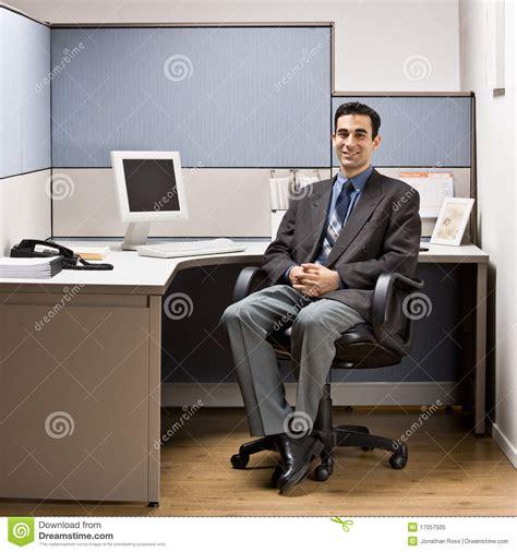 bureau homme d affaire homme d affaires s asseyant au bureau dans le compartiment photo libre de droits image 17057505