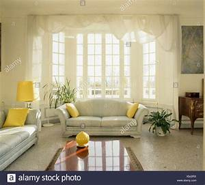 Vorhänge Wohnzimmer Grau : terrazzo boden und grau sofas mit gelben kissen im traditionellen franz sischen wohnzimmer mit ~ Sanjose-hotels-ca.com Haus und Dekorationen