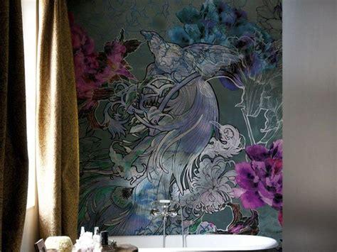 eine romantische tapete mit floralen motiven und pfau