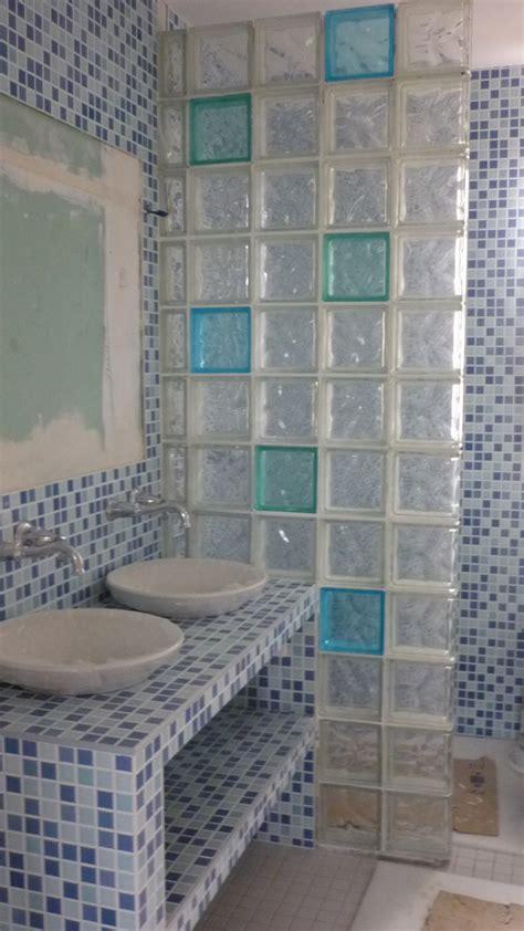 un meuble lavabo et une enti 232 rement recouverts de carrelage mosa 239 que compos 233 de diverses