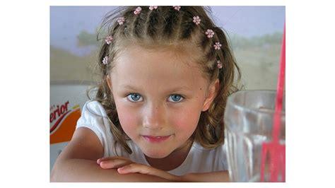 peinados de fiesta para niña con cabello corto