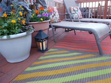 cute upcycled spray painted outdoor rug diyideacentercom