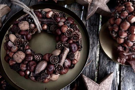 Ziemassvētku dekors - vainags no kastaņiem, riekstiem un čiekuriem - Articles - Svētku laiks