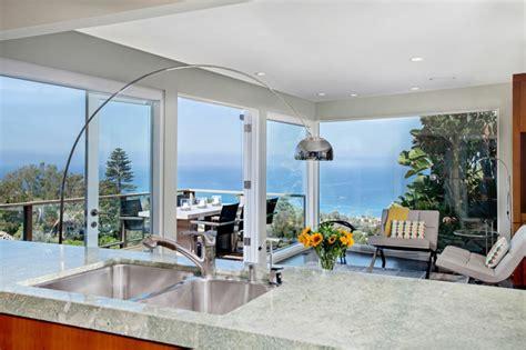 cuisine compacte design maison avec vue splendide sur l océan en californie