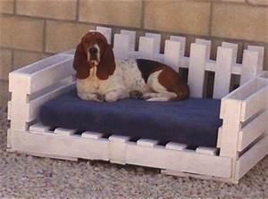 Comment Faire Un Canapé En Palette : un canap lit pour chien en palette avec des accoudoirs ~ Dallasstarsshop.com Idées de Décoration