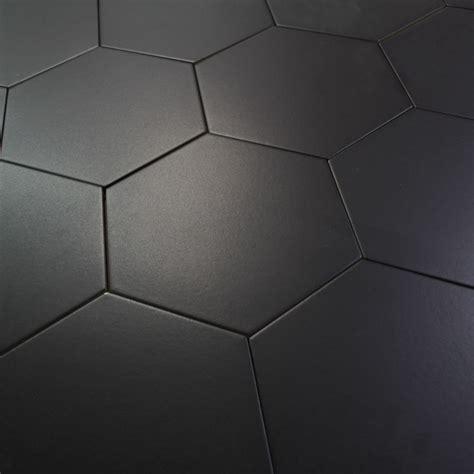 carrelage hexagonal noir basique sol et mur parquet