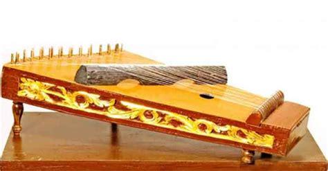 Jenis alat musik tersebut adalah jenis alat musik yang berasal dari hembusan napas, yang biasanya disebut dengan jenis bunyi aerofon. 18 Alat Musik Tradisional yang Dipetik & Penjelasan Lengkap