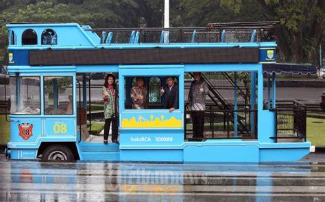 ridwan kamil naik bus wisata bandros foto