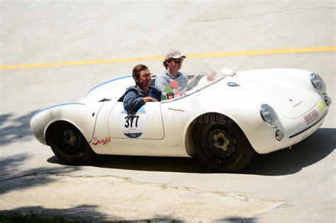 The sporting maxims of drive, chassis and styling are also continued inside the car. Spyder De Porsche 550 (1955) Foto editorial - Imagen de coche, conmemorativo: 25268131