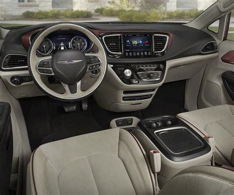 Chrysler Town And Country Length by New 2017 Chrysler Town And Country Renamed To Pacifica