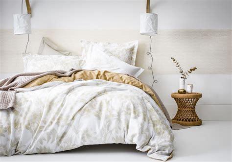 une chambre à la cagne une chambre blanche rehaussée d une large frise ocre la
