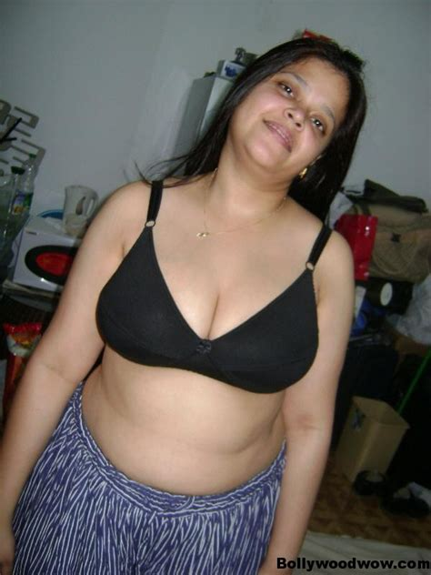 Sexy Indian College Girls In Bra and Panty Pics - Hot & sexy Indian College Girls Removing Bra ...