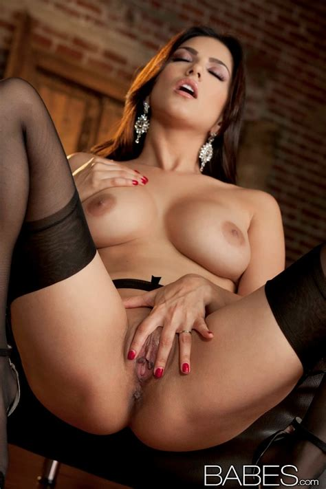 Sunny Leone In Stockings Finger Fucks Her Pussy To