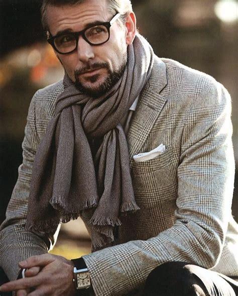 mettre et porter foulard avec une veste de costume
