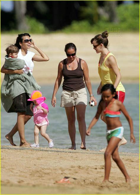 jennifer garner daughters day   beach photo