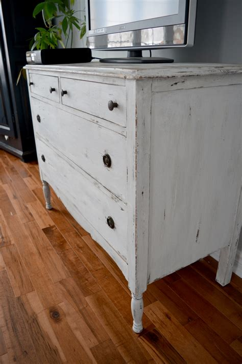chambre blanche et bois shabby chic distressed dresser white beige and wood