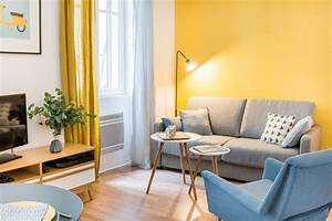 Salon coin canape avec un grand mur jaune moutarde for Tapis jaune avec canapé avec grande assise