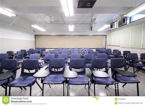 crise de la chaise vide salle de classe vide avec la chaise et le conseil images