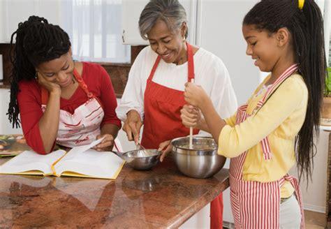 Grandir dans une famille africaine, en tant que fille, c'est apprendre à faire à la 'vraie' cuisine